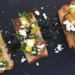 Φρυγανισμένο ψωμί με χοιρινό λουκάνικο